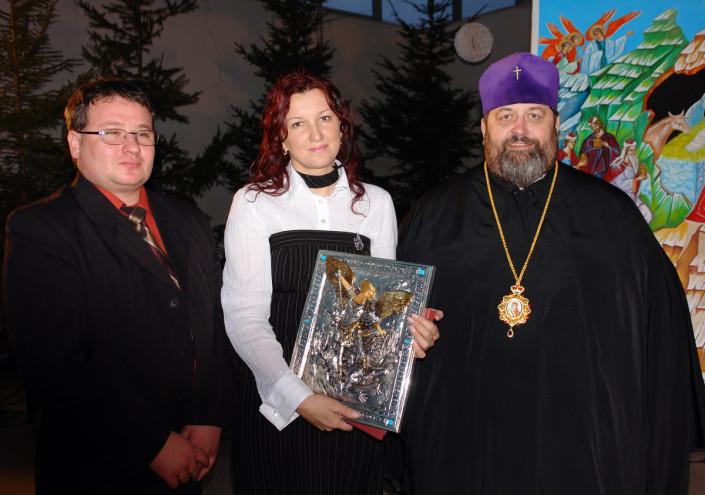 Lija Karc odebrała z rąk władyki Abla nagrodę za udany wsytęp Chóru Soboru pw. Zmartwychwstania Pańskiego w Brześciu na Białorusi