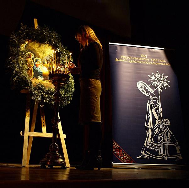 Symbole Międzynarodowego Festiwalu Kolęd Wschodniosłowiańskich - Ikona Bożego Narodzenia i kolędnicy z gwiazdą.