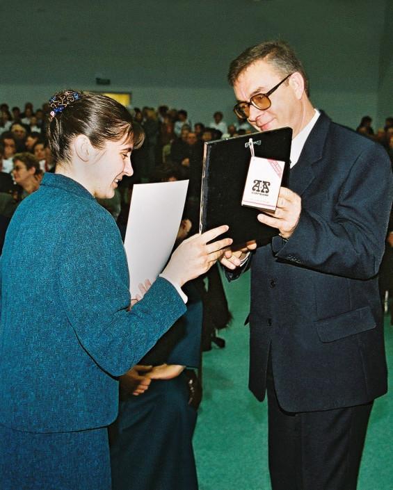 Nagrodę wręcza burmistrza miasta Terespola - Zbigniew Banach