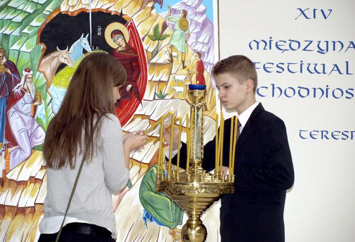 Ikona Bożego Narodzenia i wotywne świece - lejtmotyw terespolskiego kolędowania