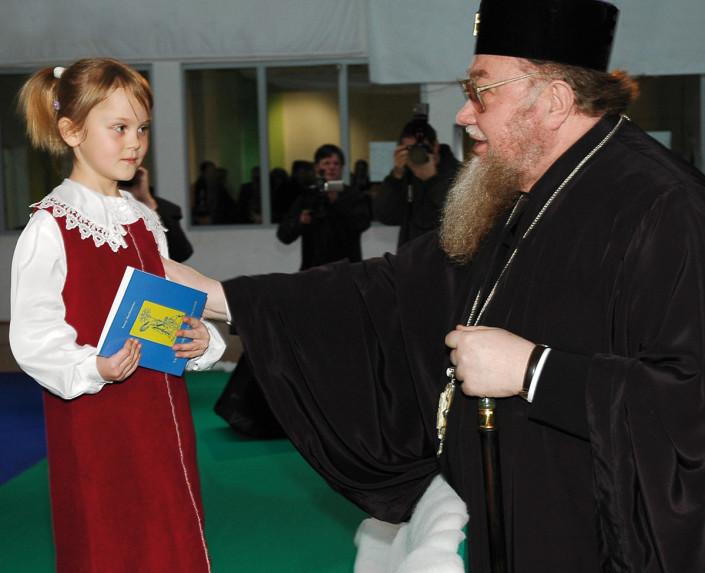 Ozdoba chóru parafialnego z Kostomłot 6-letnia Oleńska Świryt w rozmowie z JE Metropolitą Sawą
