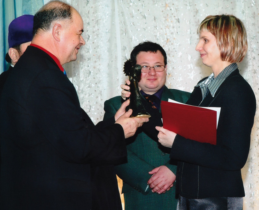 Matuszka (mother) Agnieszka Lotysz, conductor of the Choir of the Orthodox Parish in Horostyta, receives the Grand Prix award from Ryszard Korneluk